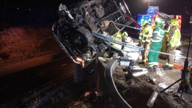 В Британии полицейский руками удержал грузовик, падающий с обрыва (1)