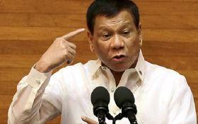 Президент Филиппин поцеловался с незнакомкой на официальной встрече: появилось видео