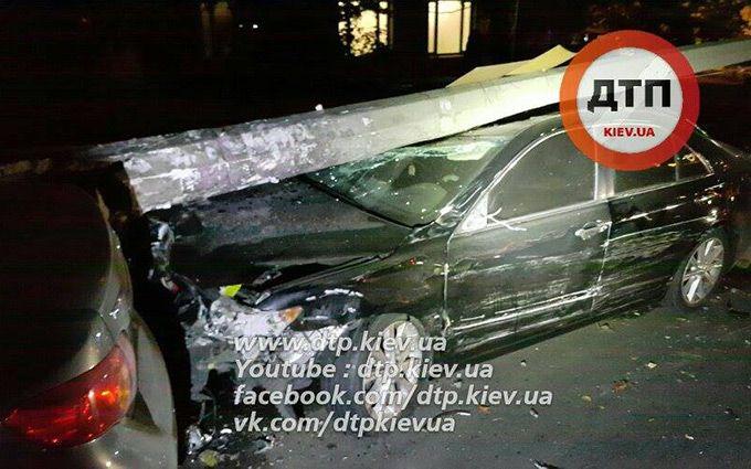 Масштабне ДТП у Києві: стовп розчавив легковик, з'явилися фото