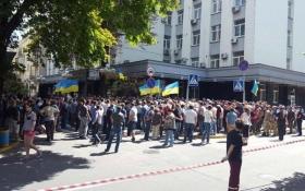 Под ГПУ пришли противники и защитники скандальных мэров Киевщины: появились фото и видео