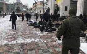 Під Радою в Києві пройшли зіткнення, постраждало багато копів: з'явилося відео