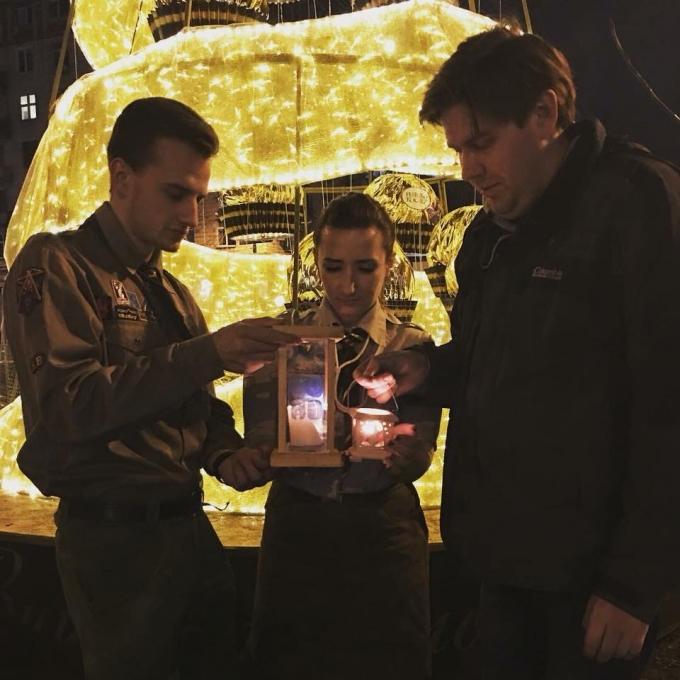 В Киев прибыл Вифлеемский огонь мира: в соцсетях появились яркие фото (2)