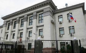 В Киеве активисты пикетировали посольство России: появилось видео