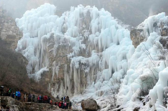 В Китае полностью замерз водопад (4 фото)