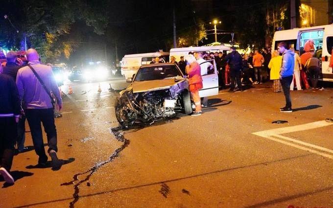 В Одесі BMW влетів у зупинку, загинули люди: з'явилися моторошні фото і відео з місця аварії
