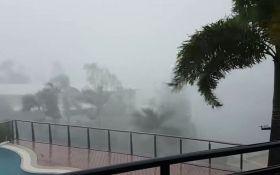 """На Австралию обрушился мощный циклон """"Дебби"""": появились видео"""