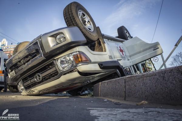 Опубликованы фото и видео с места жуткого ДТП машины Красного креста в Донецке (1)