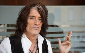 Легендарный рокер вернулся на сцену после экстренной госпитализации: появились фото и видео