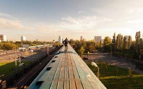 На Киевщине подростка убило током, когда он катался на крыше поезда