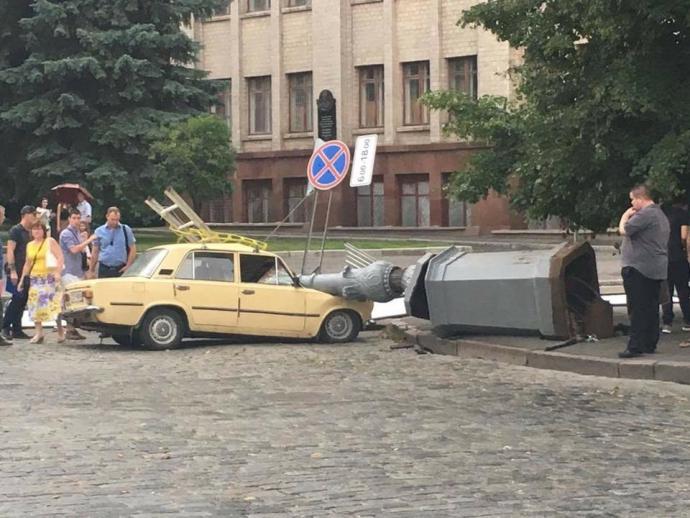 У Харкові ліхтарний стовп розчавив авто: опубліковані фото (1)