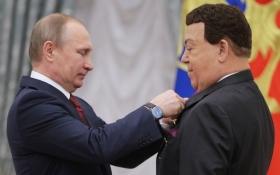 Путін вручив відомому співакові медаль за пісні для бойовиків ДНР: опубліковані фото і відео