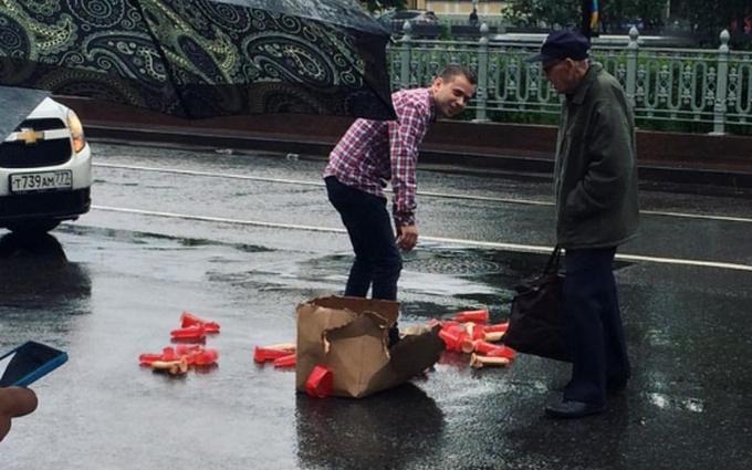 Розсипав фалоімітатори: мережу підірвало відео з центру Москви