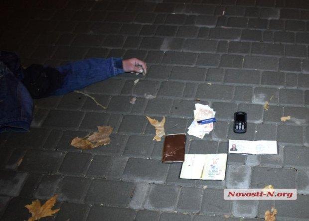 В центре Николаева погиб украинский военный, провалившись в яму: опубликованы фото (2)