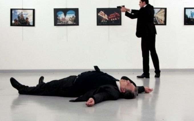 Угрі про Бетмена знайшли фото убитого посла Росії Карлова