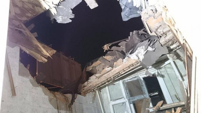 У Харкові вантажівка вилетіла на дах будинку: опубліковані фото і відео (1)