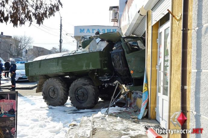 В Николаеве произошло смертельное ДТП с военным бензовозом: появились фото и видео (9)