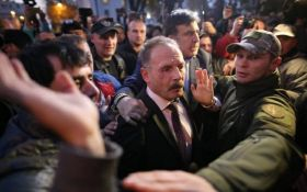 Протесты у Рады в Киеве: разъяренная толпа напала на нардепа