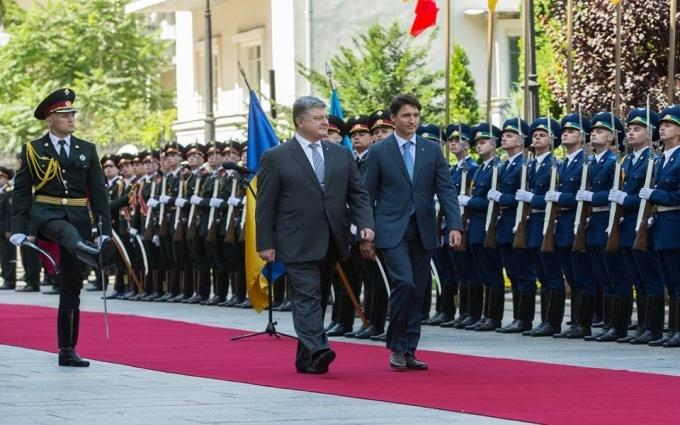 Порошенко здивував прем'єра Канади подарунком: опубліковано фото