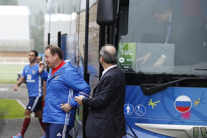 Автобус збірної Росії на Євро-2016 підірвав інтернет: з'явилося фото (1)