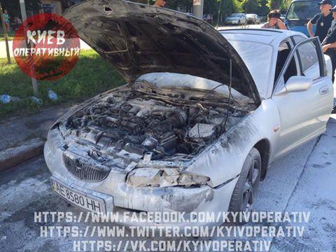 У Києві машина загорілася, коли водій пив пиво прямо за кермом: з'явилися фото (1)