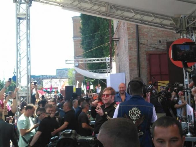 В Киев прилетел легендарный музыкант Элтон Джон: опубликованы фото и видео (2)