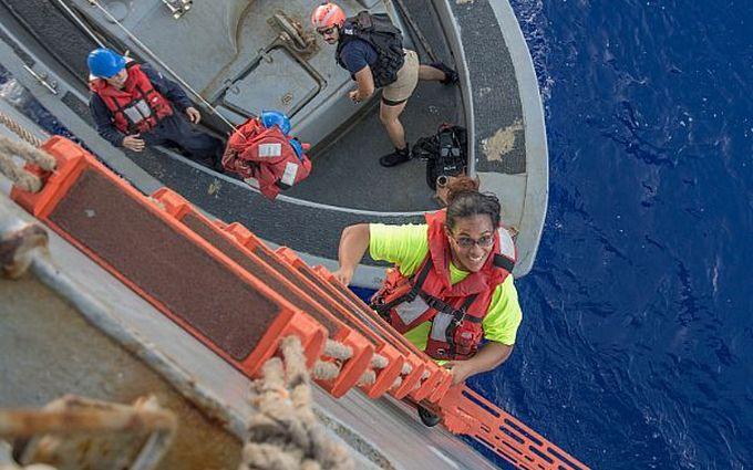 Полгода дрейфа: в Тихом океане спасли спортсменок из США и их собак (1)