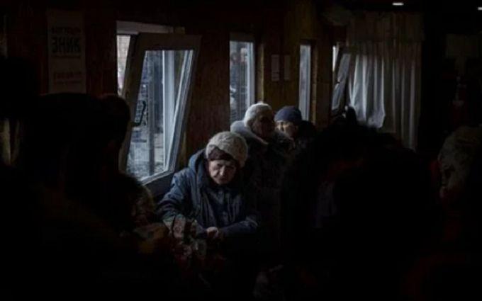 На лютневому морозі: опубліковані моторошні фото кілометрових черг до пунктів пропуску на Донбасі