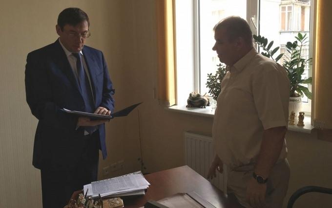 Мережу розбурхав візит Луценка до судді з неприємною звісткою: опубліковані відео та фото