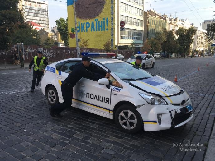 У Києві авто патрульних влетіло в інкасаторів: опубліковані фото (1)