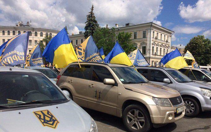 Огромная автоколонна националистов отправилась к дому Порошенко
