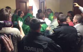 В Киевраде произошла потасовка между активистами и полицией охраны: появилось видео
