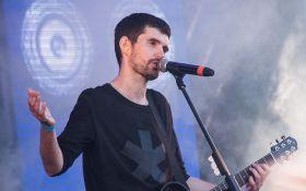 Відомий російський виконавець під час концерту розбив голову своєму фанату