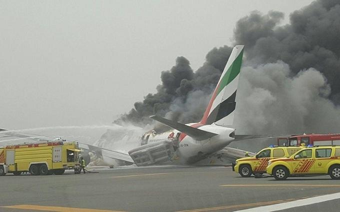 У Дубаї під час жорсткої посадки загорівся літак: опубліковано відео