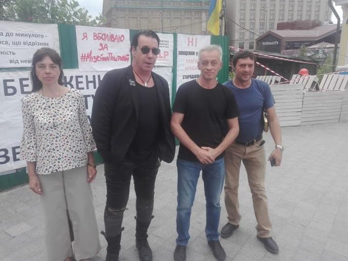 В сети бурно обсуждают неожиданный приезд в Киев всемирного известного рок-музыканта: опубликованы фото (1)