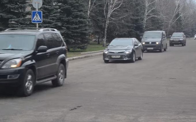 В сети показали видео кортежа Порошенко на Донбассе