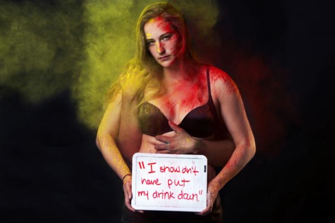 Коротка спідниця не дає права мене ґвалтувати: жорстка фотосесія (2)