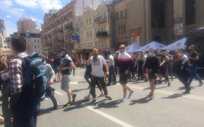 Люди в балаклавах ходили по центру Києва і шукали геїв: з'явилося фото
