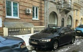 """В Киеве лед """"раздавил"""" машину: появились фото"""