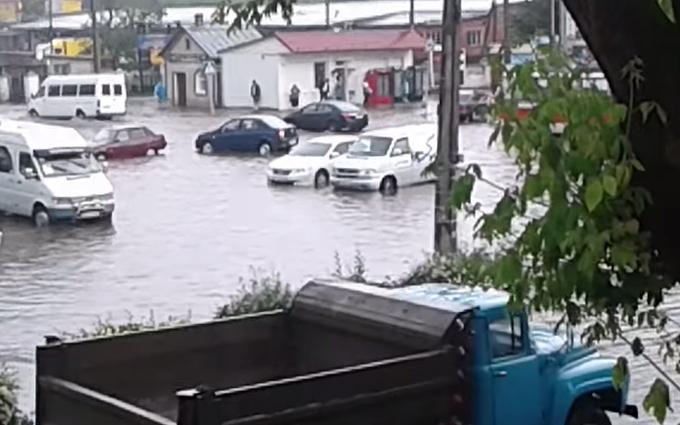 Дощ затопив вулиці Хмельницкого: опубліковані яскраві фото і відео