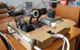 В США студент змайстрував робота, котрого навчив світити лазером в очі людям