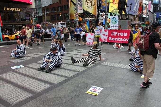 Артист - не террорист: в центре Нью-Йорка прошла масштабная акция в поддержку Олега Сенцова (2)