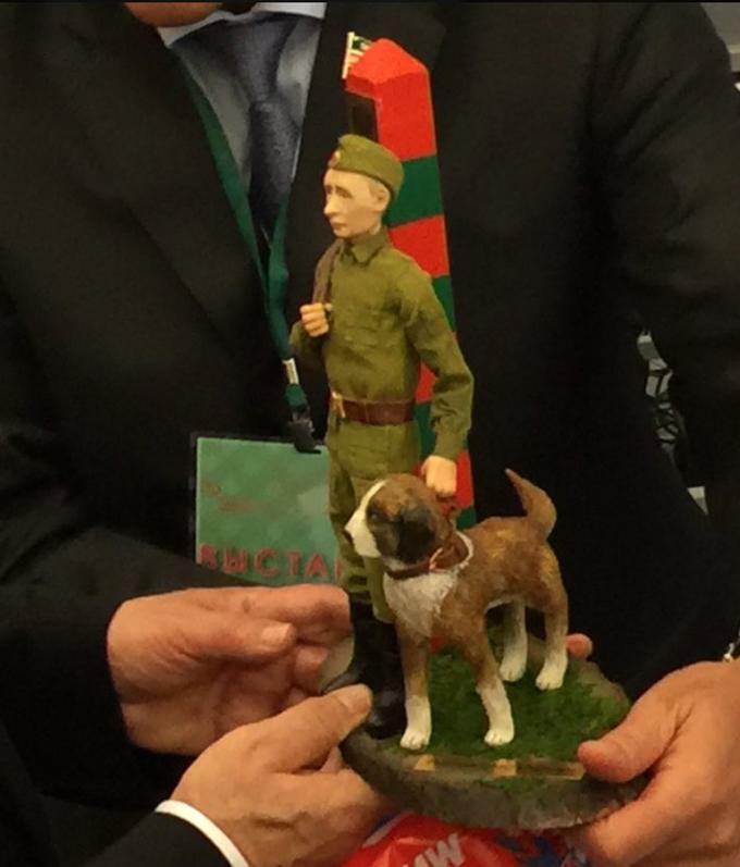 Путіну подарували його зменшену копію, соцмережі сміються: з'явилося фото (2)