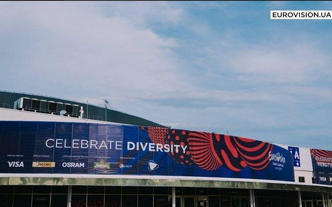 У мережі з'явилися фото качиної сім'ї, яка переходить дорогу біля місця проведення Євробачення