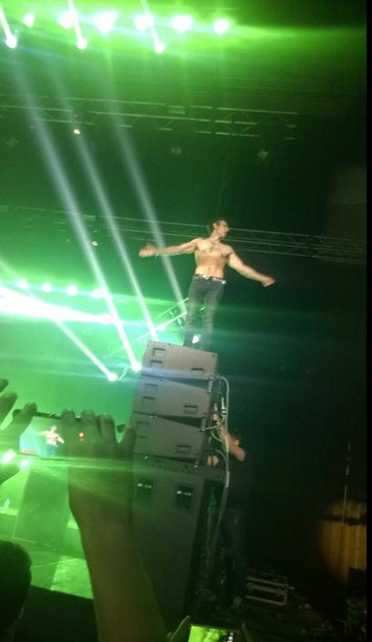 Вакарчук на концерті в Єревані виблискував голим торсом: опубліковані фото і відео (1)
