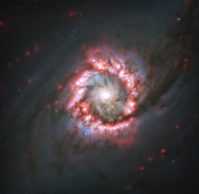 """Астрономы показали фото """"космической розы"""" вокруг сверхмассивной черной дыры (1)"""