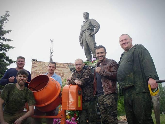 На Донбасі поставили пам'ятник убитому бойовику: опубліковані фото (1)