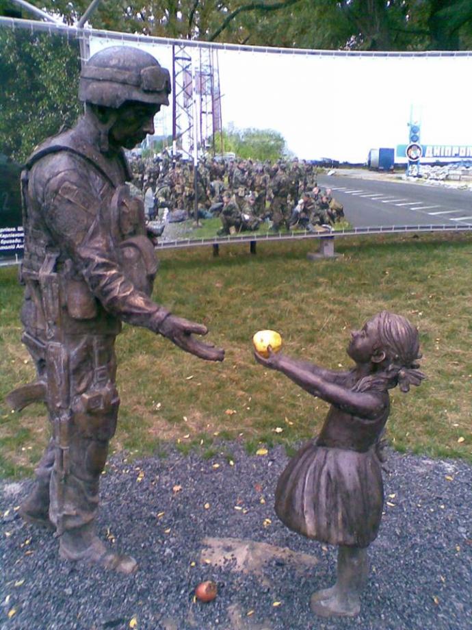 У Дніпрі творчо виправили понівечений пам'ятник бійцю АТО: опубліковані фото і відео (1)