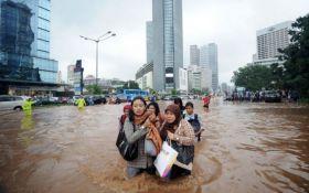 Из-за наводнения в Индонезии проходит массовая эвакуация