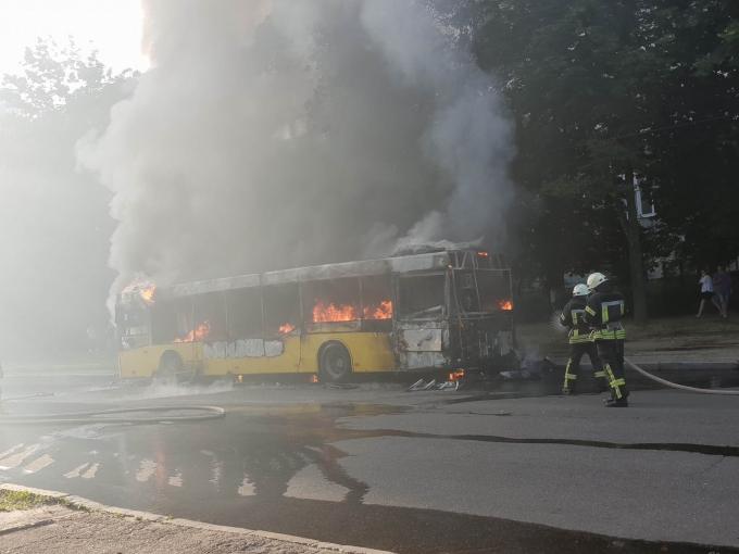 В Киеве вспыхнул автобус: опубликованы шокирующие фото и видео (1)