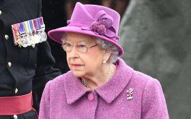 90-летняя королева Великобритании прокатилась на пони в элегантном наряде: появились фото